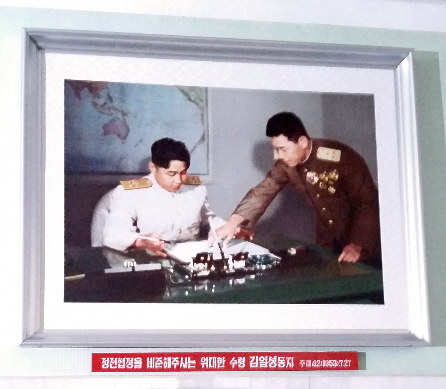 Il-sung or Jong-un? Only by reading the caption can we know for sure.